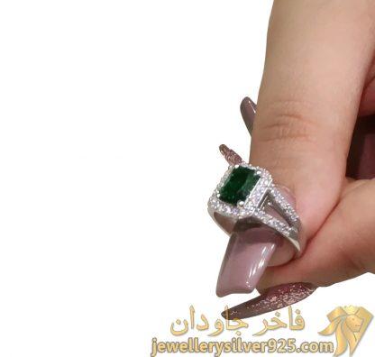 انگشتر نقره روکش طلای سفید با جواهر زمرد